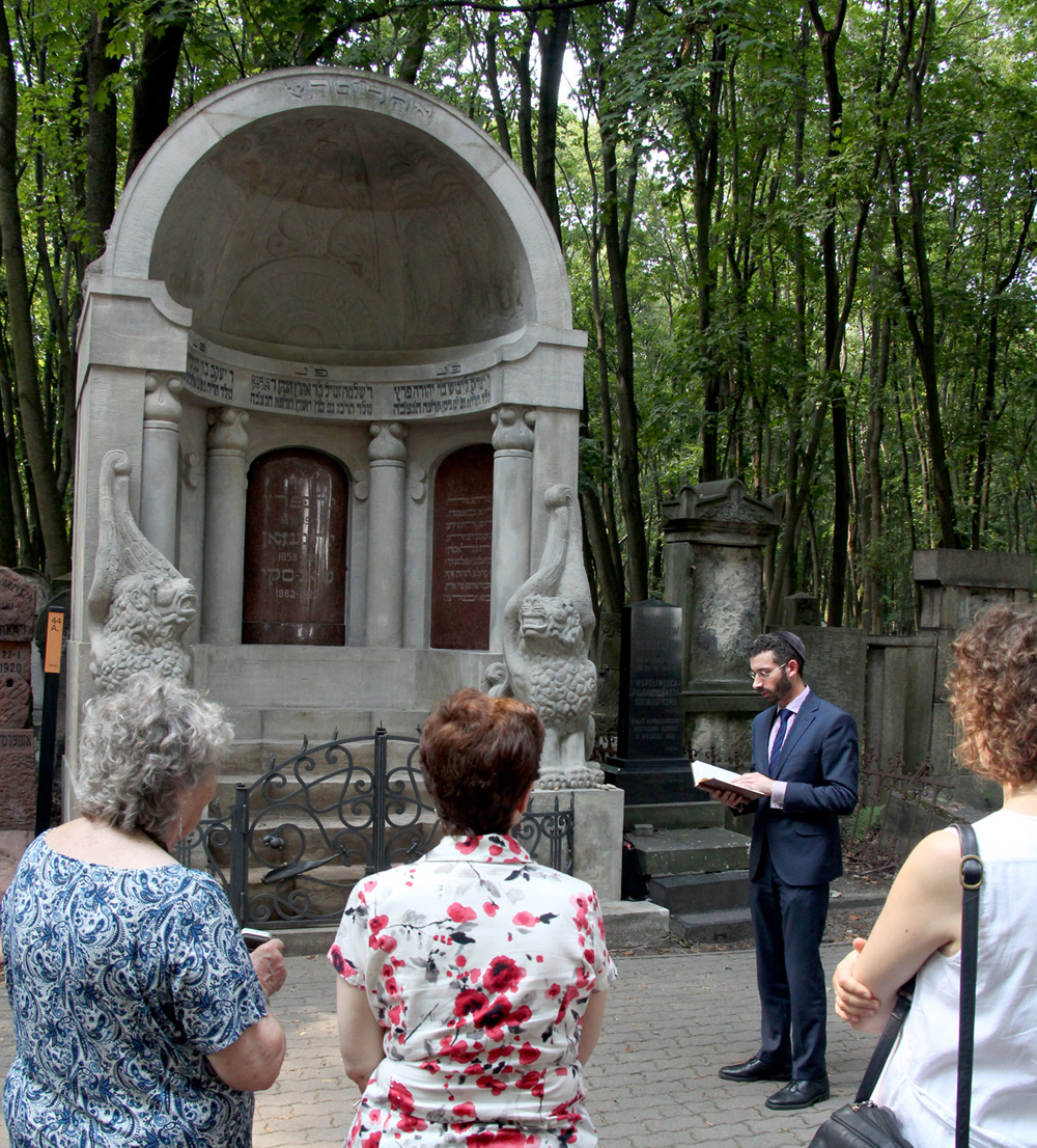 Rabbi Yehoshua Ellis reciting prayers on Jacob Dinezon's 100th yortsayt
